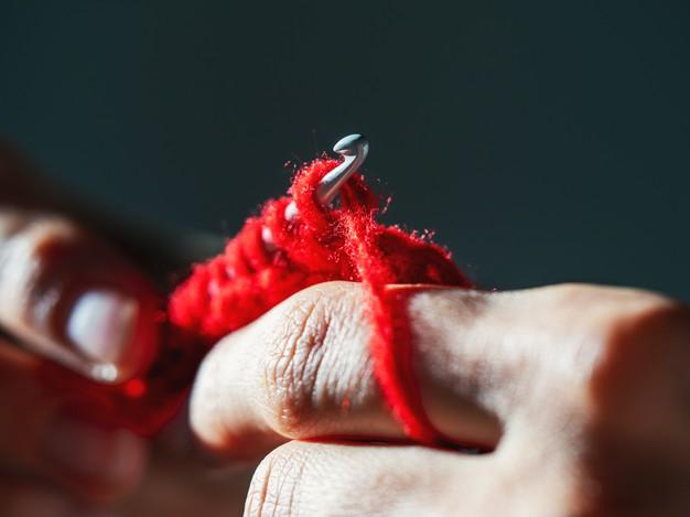 crocheting-with-red-wool-yarn-dark-background_158388-5555 – kópia