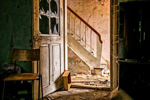 zničený interiér