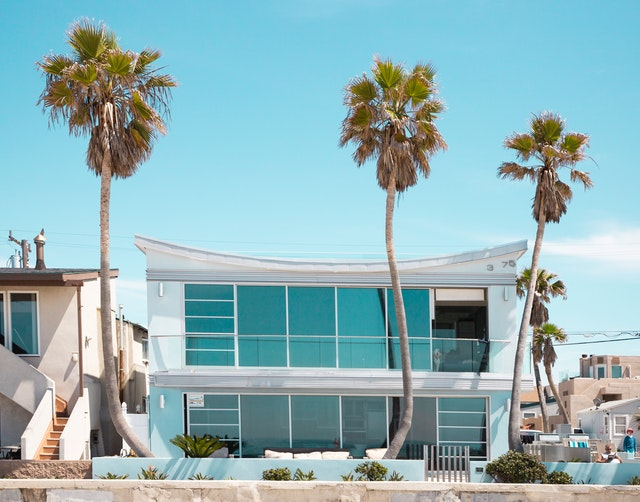 Budova moderného hotela s palmami pred jeho vstupom.jpg