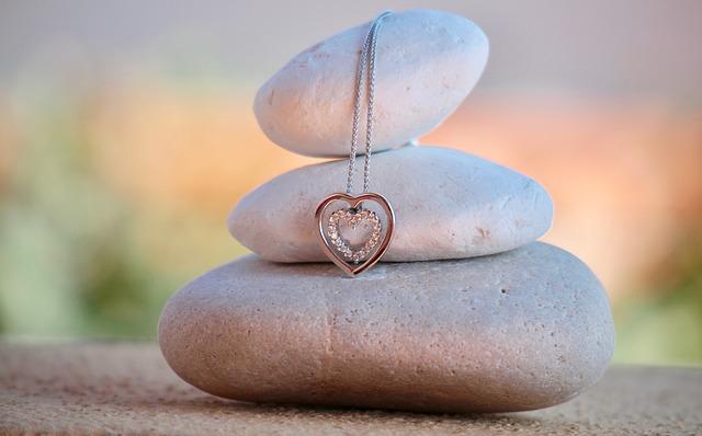 retiazka so srdcom na kameni