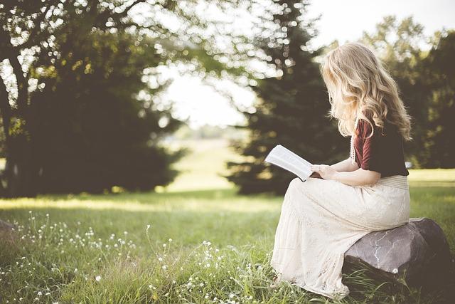 Žena číta knihu, príroda.jpg