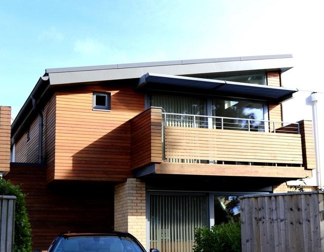 Moderný dom s balkónom a kovovo – dreveným zábradlím.jpg