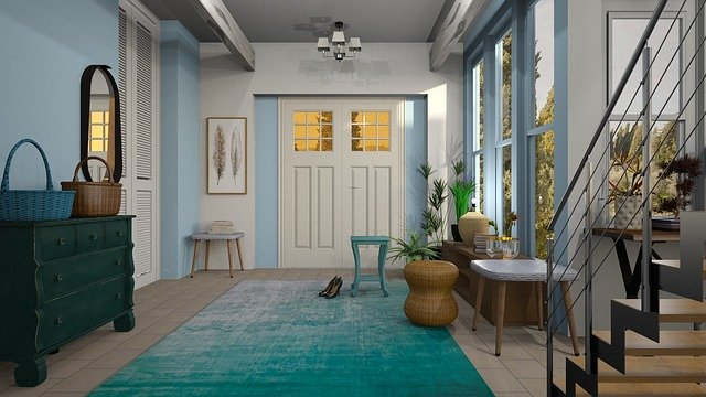 Miestnosť s veľkými oknami, schodiskom a strieborným zábradlím.jpg
