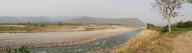 Rieka tečúca cez krajinu.jpg