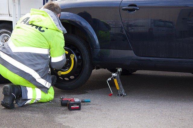 pracujúci automechanik.jpg