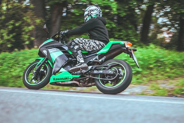 Motorkár, zelená motorka Kawasaki