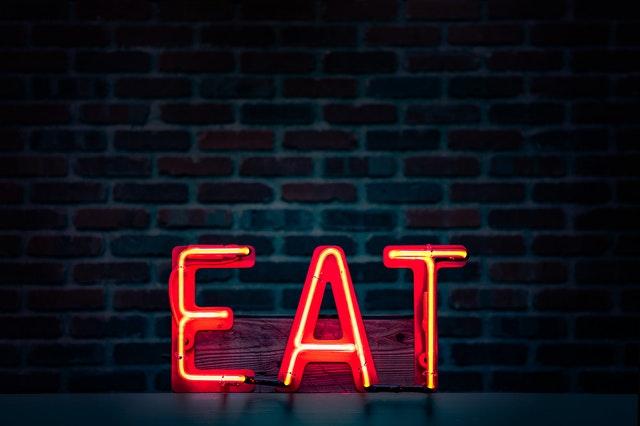 Vysvietený nápis EAT